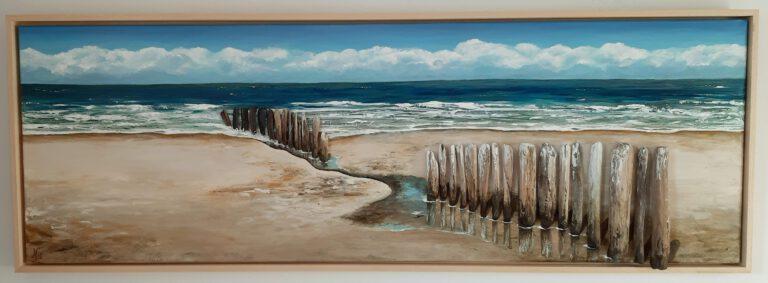 schilderij van een zeegezicht met zee en strandpalen